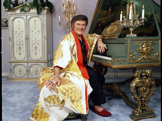 1369531587000-TDS-Liberace-CP-robe-1305252127_4_3